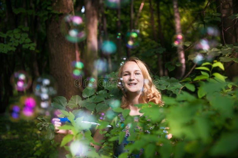 Adolescente con las burbujas de jabón imagen de archivo libre de regalías