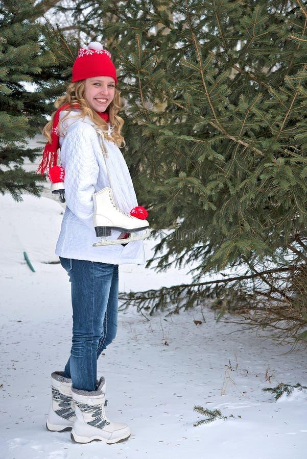 Adolescente con los patines de hielo fotos de archivo