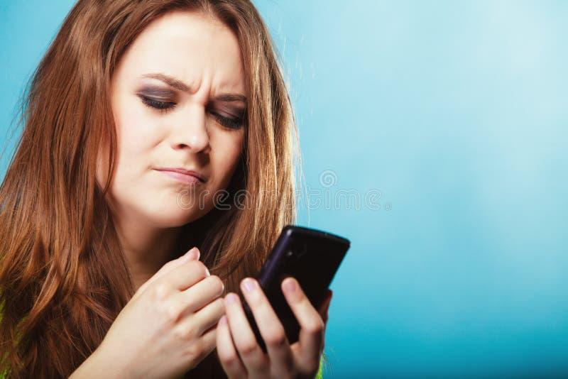 Adolescente con mandare un sms del telefono cellulare fotografia stock libera da diritti