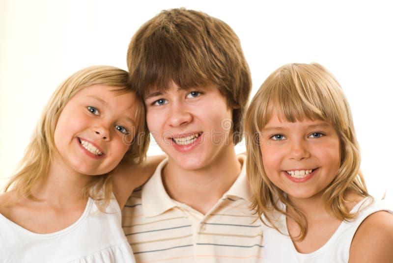Adolescente con sus hermanas fotos de archivo