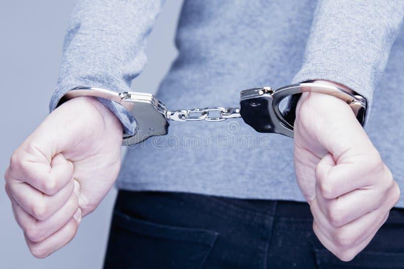 Adolescente con sus manos esposó en concepto criminal foto de archivo libre de regalías