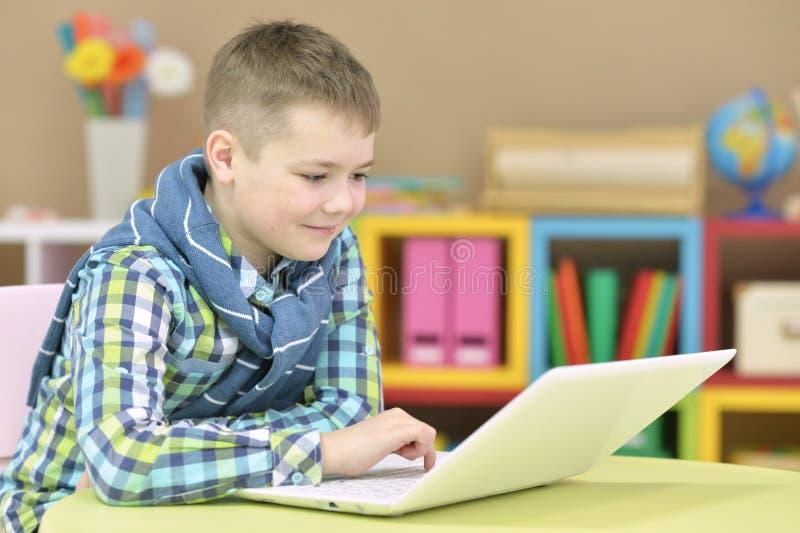 Adolescente con un computer portatile fotografie stock libere da diritti