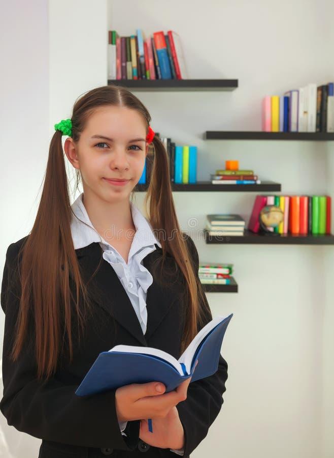 Adolescente con un libro immagini stock