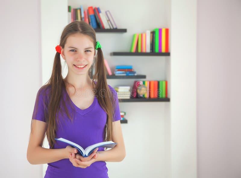 Adolescente con un libro fotografia stock