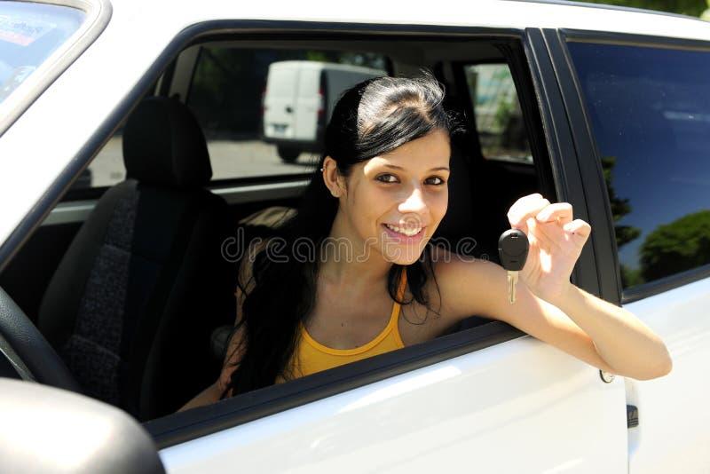 Adolescente conduisant son véhicule neuf image libre de droits
