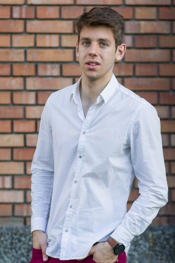 Adolescente considerável na camisa branca imagens de stock