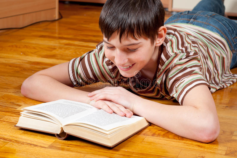 Adolescente considerável que lê o livro imagens de stock royalty free