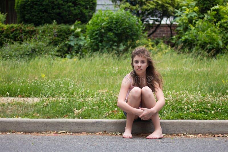Adolescente contre le vert photo stock