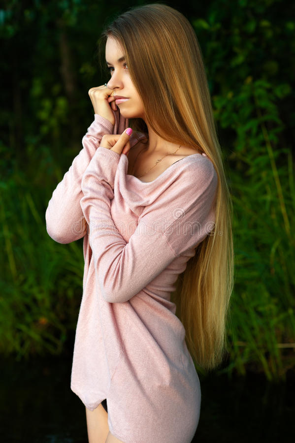 Adolescente da menina da feminilidade com cabelo longo luxuoso fotografia de stock royalty free