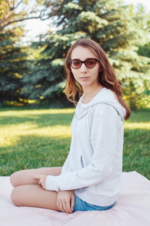 Adolescente da moça fora da vista in camera imagens de stock royalty free