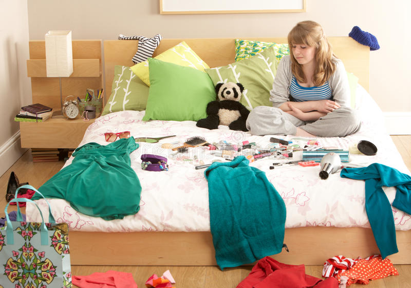 Adolescente dans la chambre à coucher désordonnée photo libre de droits