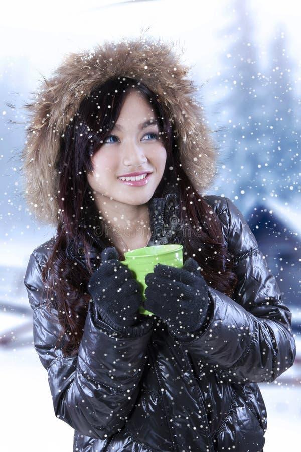 Adolescente dans le jour neigeux photo libre de droits
