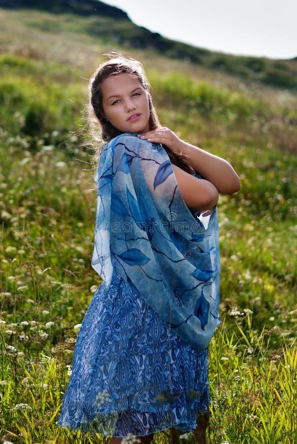 Adolescente dans une robe bleue d'été avec l'écharpe images libres de droits