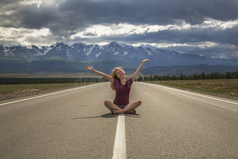 Adolescente de fille et la route aux montagnes images stock