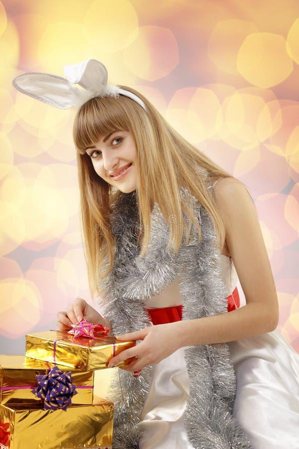 Adolescente de la muchacha de la Navidad con los oídos de conejo imágenes de archivo libres de regalías