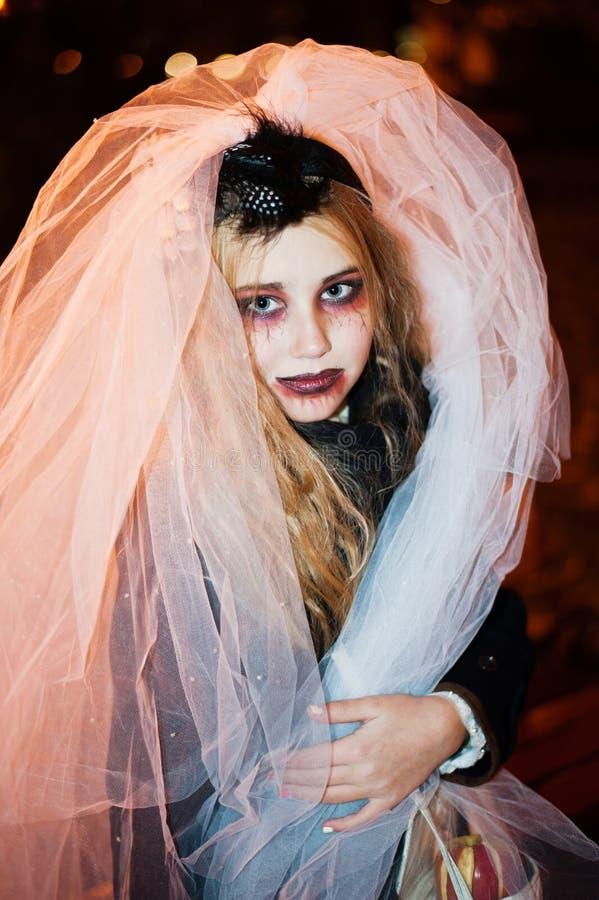 Adolescente de la muchacha en la imagen de un zombi muerto de la novia el Halloween fotos de archivo