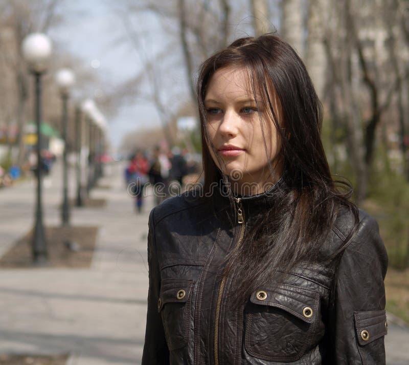 Adolescente de moda en calle foto de archivo libre de regalías