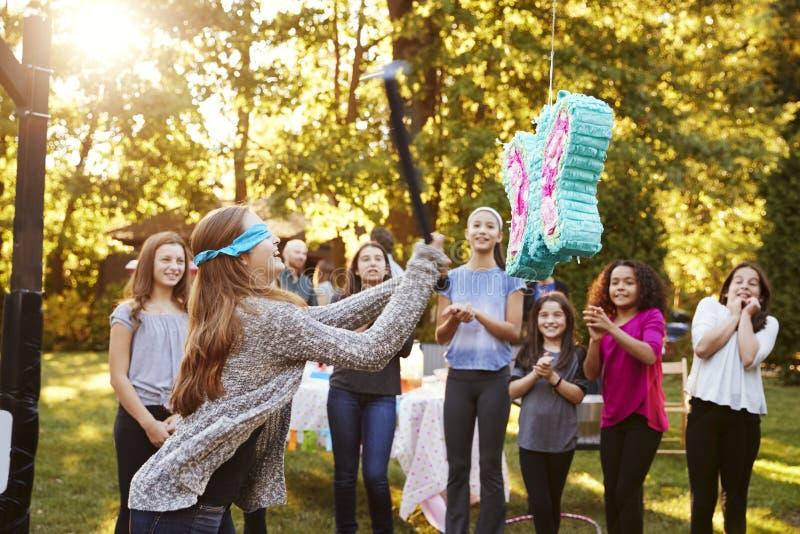 Adolescente de montre d'amis frappant un ata de ½ de ¿ de piï sur son anniversaire image libre de droits
