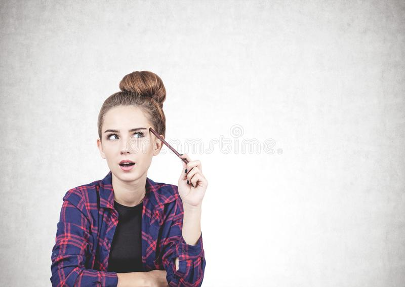 Adolescente de pensamento com o marcador, trocista acima fotografia de stock royalty free