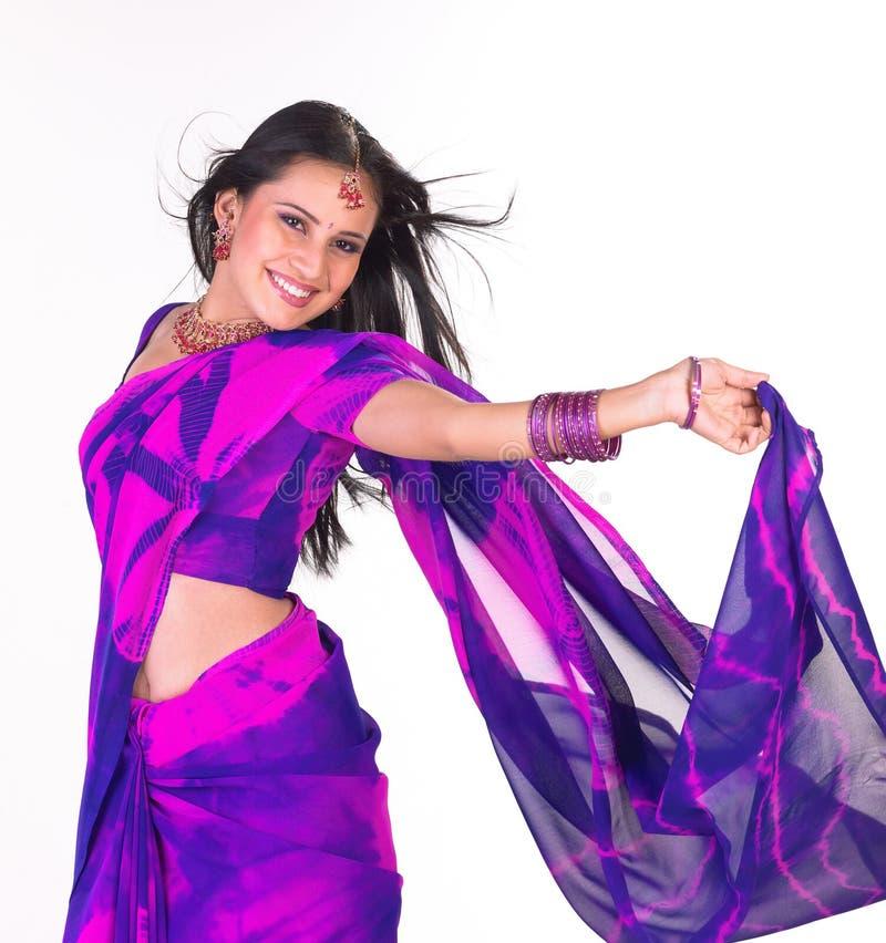 Adolescente de riso com sari azul fotografia de stock royalty free