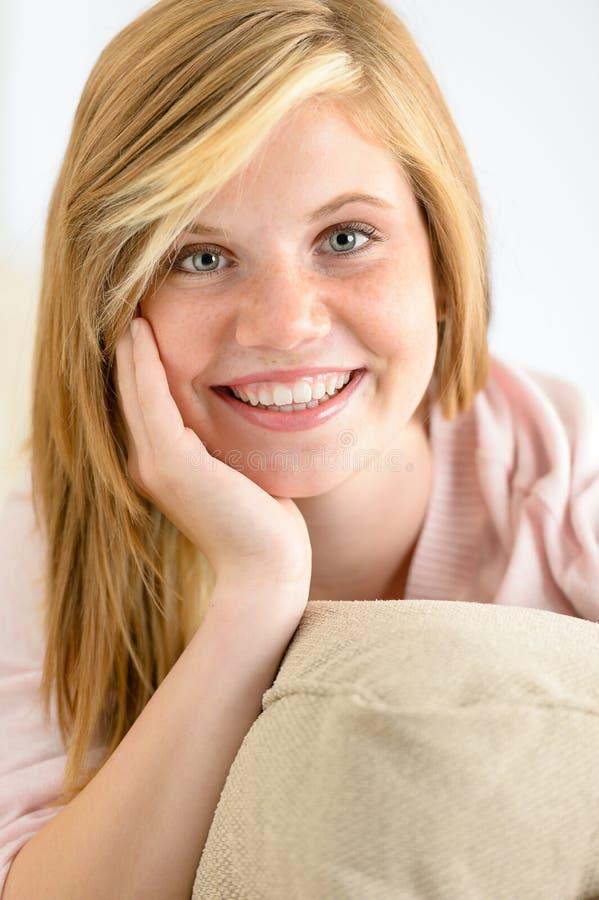 Adolescente de sorriso que olha a câmera fotografia de stock royalty free