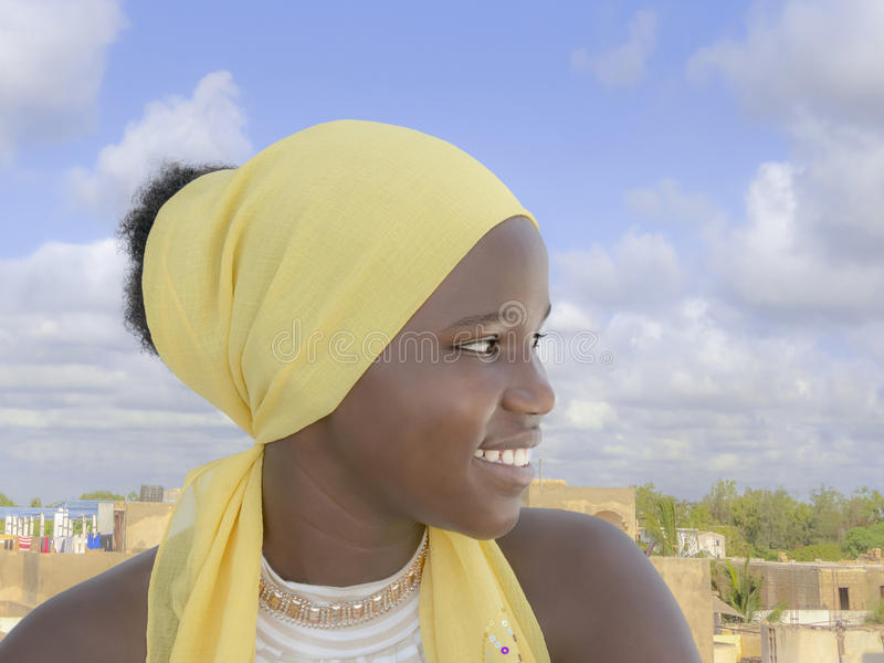 Adolescente del Afro que se sienta en una terraza imagen de archivo libre de regalías