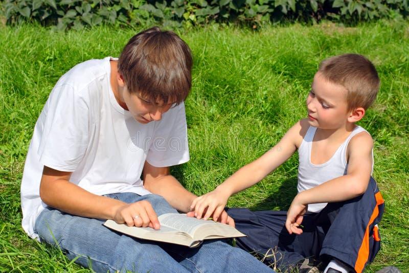adolescente del bambino del libro immagini stock libere da diritti