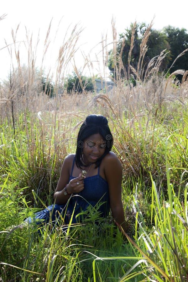 Adolescente dell'afroamericano nel campo fotografie stock