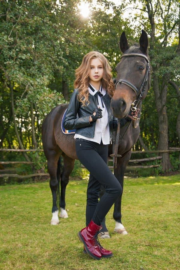 Adolescente della ragazza con un cavallo immagine stock libera da diritti
