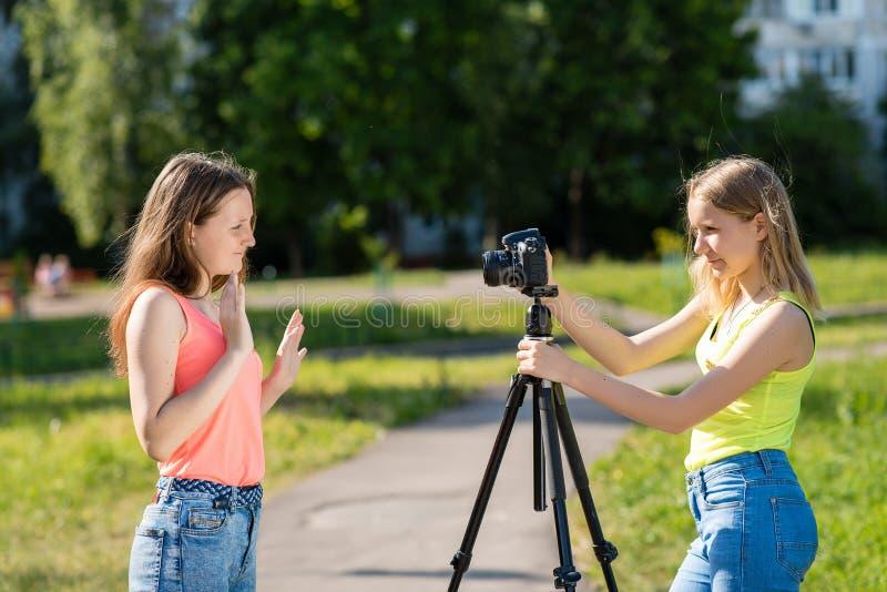 Adolescente delle bambine Estate in natura Hanno trasmesso per radio in tensione sulla macchina fotografica Abbonati record del b fotografie stock libere da diritti