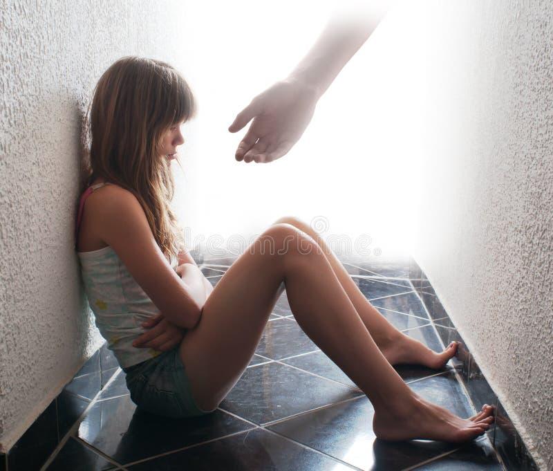 Adolescente depresso che si siede sul pavimento immagini stock libere da diritti