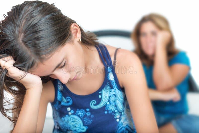 Adolescente depresso con sua madre preoccupata fotografia stock