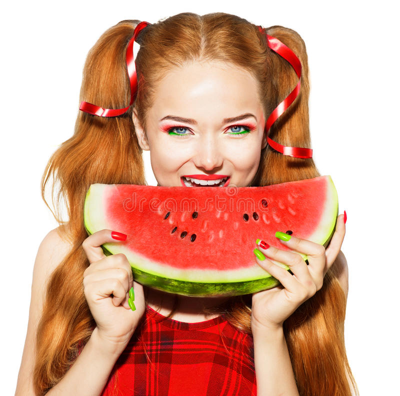 Adolescente di bellezza che mangia anguria immagini stock libere da diritti