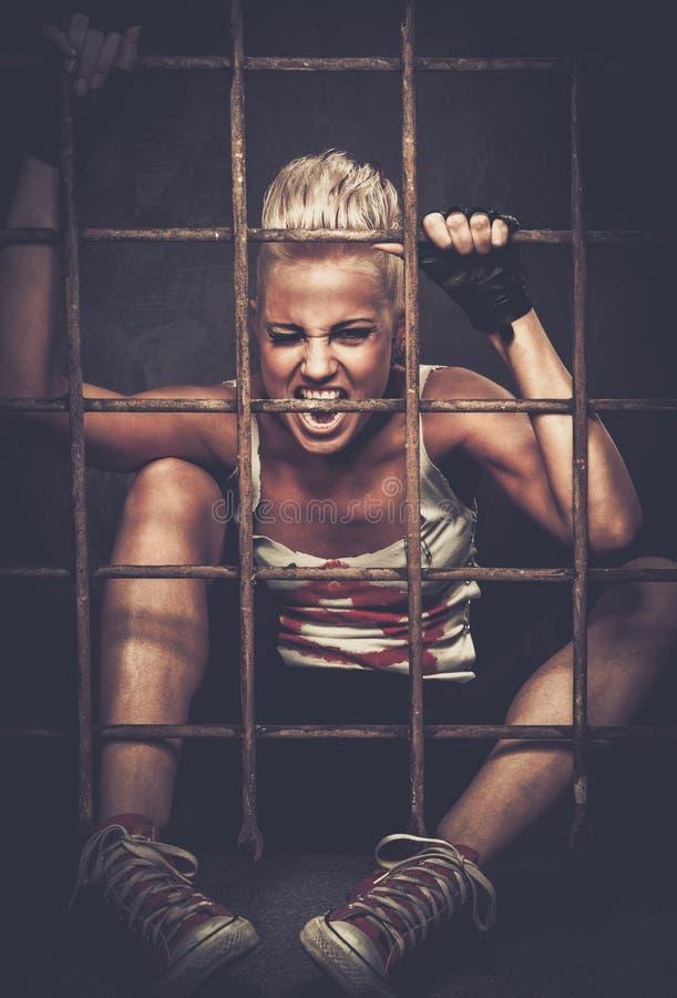 Adolescente disturbato in cellula immagine stock libera da diritti