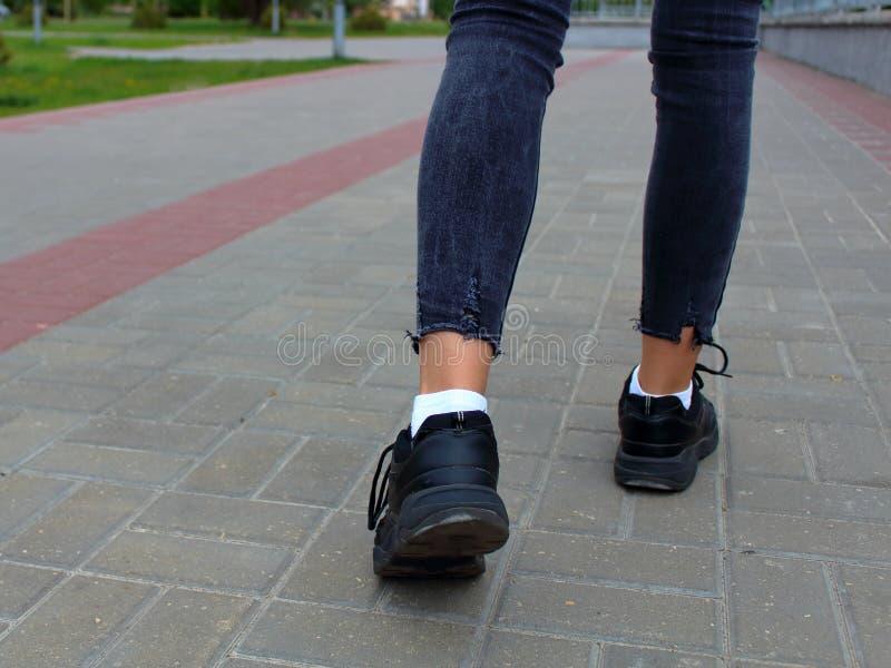 Adolescente do close-up dos pés que anda abaixo do imagens de stock royalty free