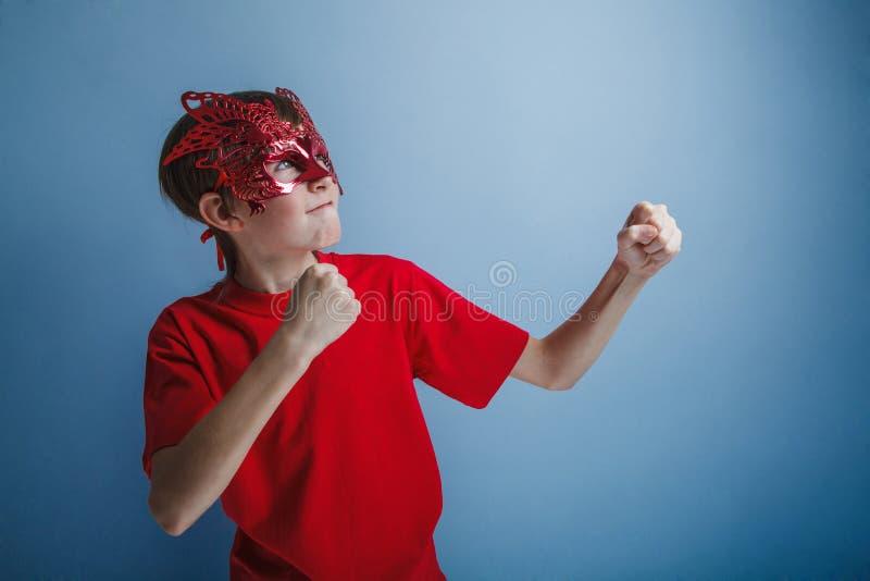 Adolescente do menino doze anos na camisa vermelha no imagens de stock royalty free