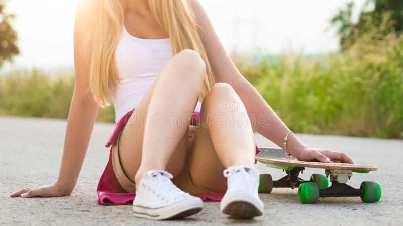 Adolescente do moderno com skate, imagem com sunflare fotos de stock royalty free