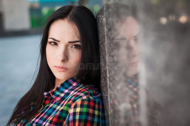 Adolescente do moderno na rua imagem de stock royalty free