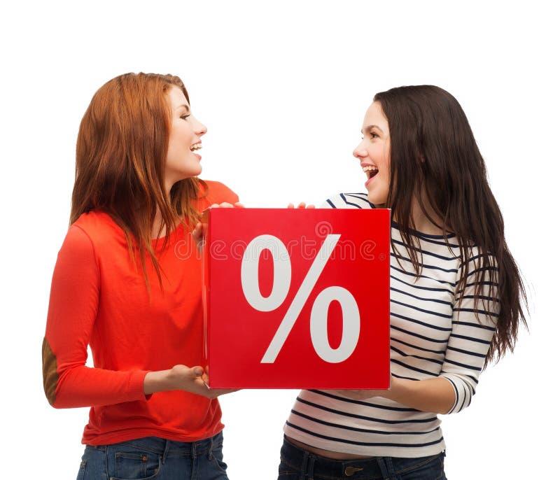 Adolescente dois de sorriso com sinal de por cento na caixa imagem de stock royalty free