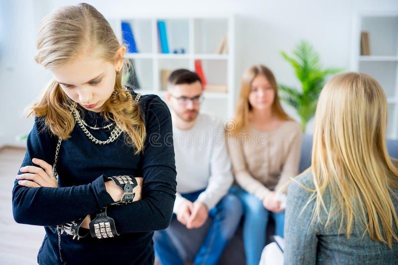 Adolescente durante a sessão de terapia imagens de stock