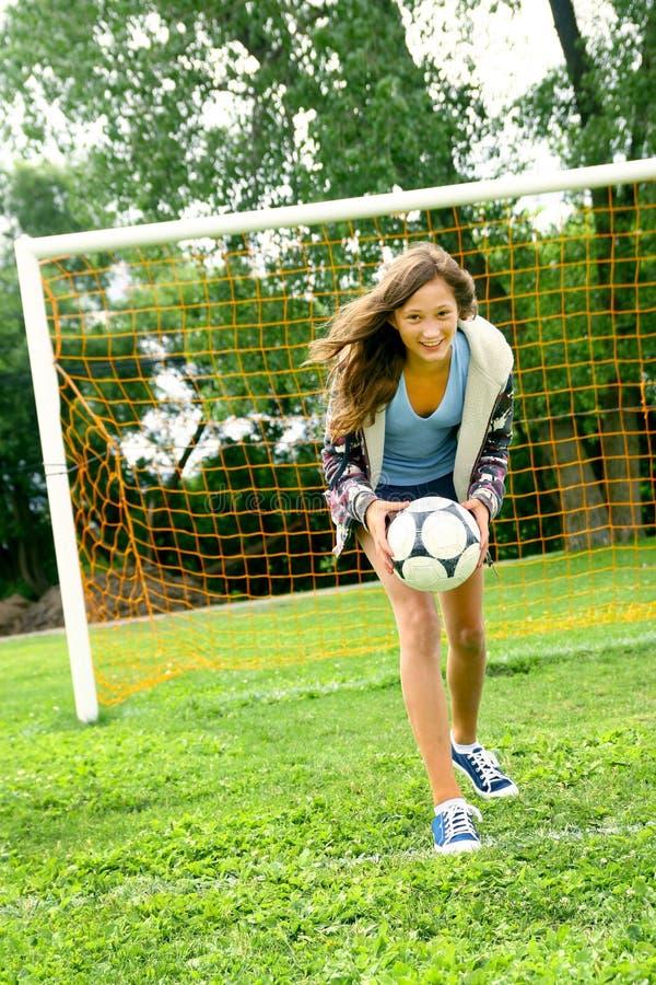 Adolescente e futebol imagem de stock