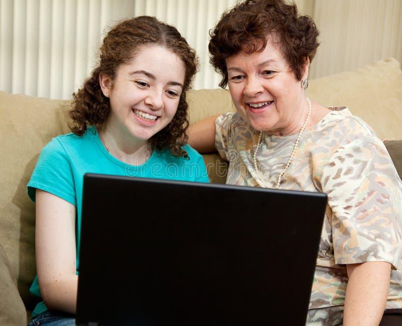 Adolescente e mamã com portátil fotos de stock
