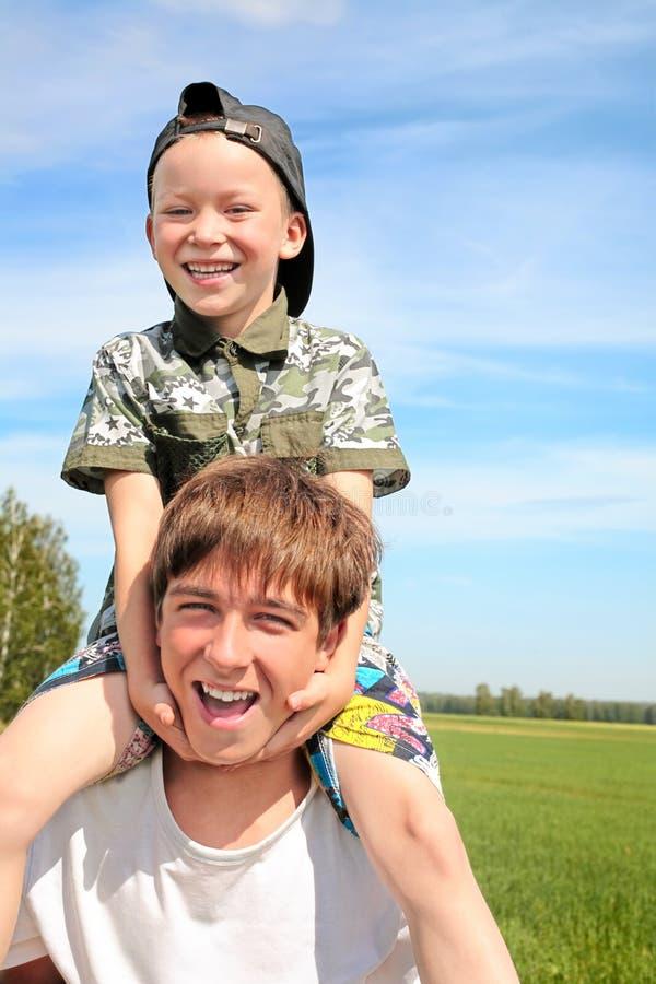 Adolescente e miúdo felizes imagens de stock