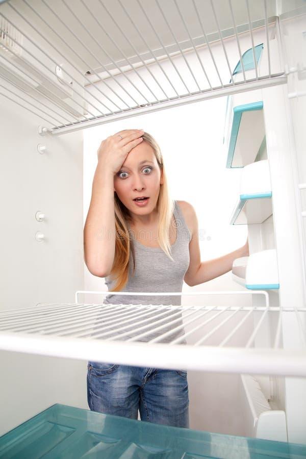 Adolescente e refrigerador vazio imagem de stock royalty free