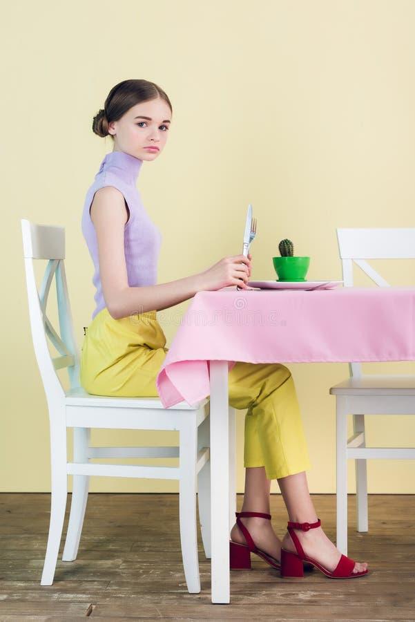 adolescente elegante bonito que come o cacto na dieta da sala de jantar foto de stock royalty free