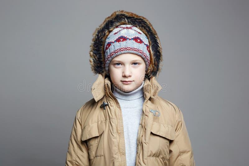 Adolescente elegante en sombrero y sudadera con capucha hechos punto imagen de archivo libre de regalías