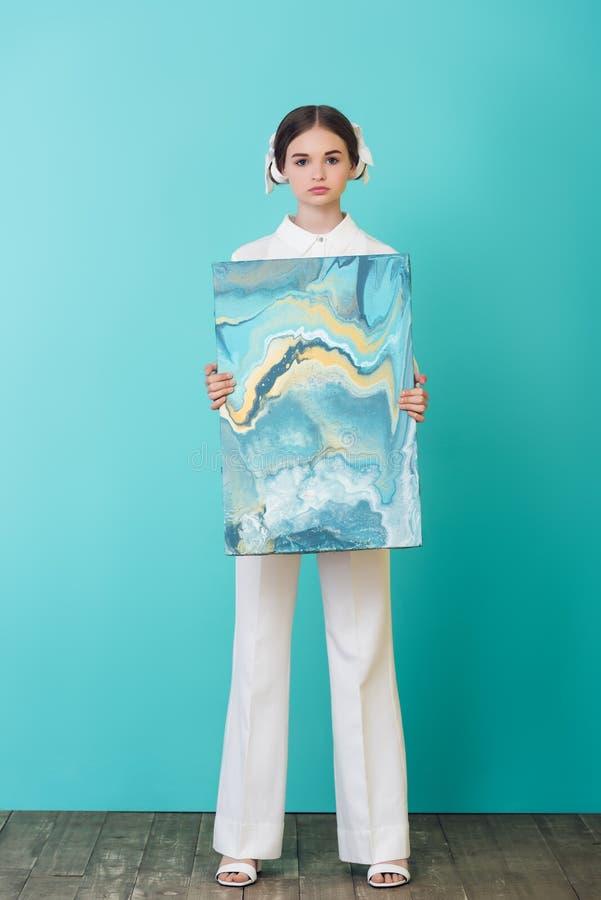 adolescente elegante que guarda a pintura a óleo abstrata imagem de stock royalty free