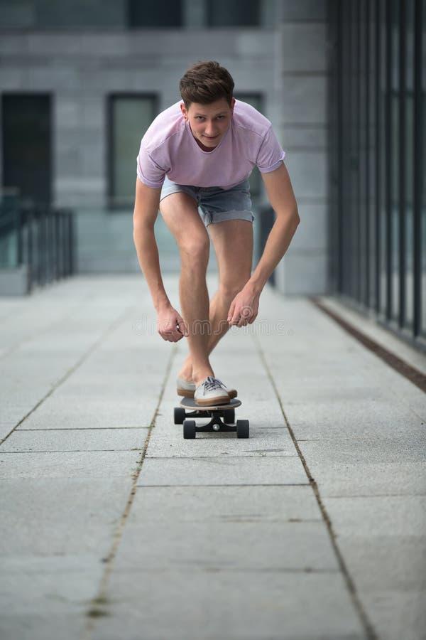 Adolescente elegante que monta un longboard fotos de archivo libres de regalías