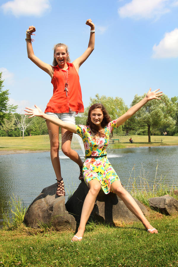 Adolescente em um parque imagens de stock royalty free
