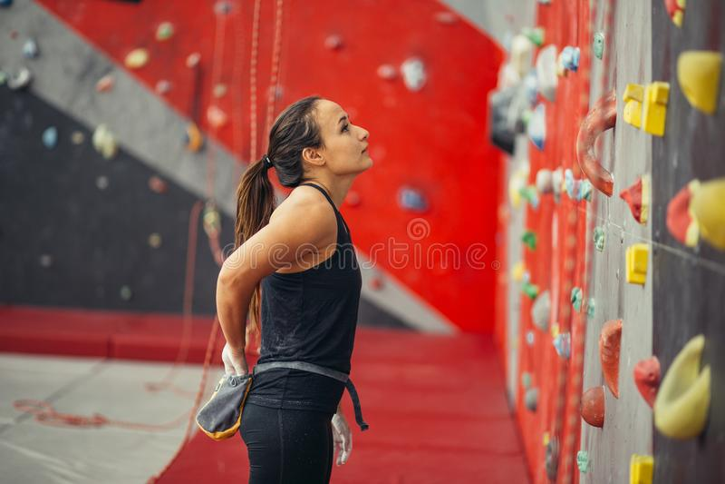 Adolescente em uma parede de escalada livre fotografia de stock royalty free
